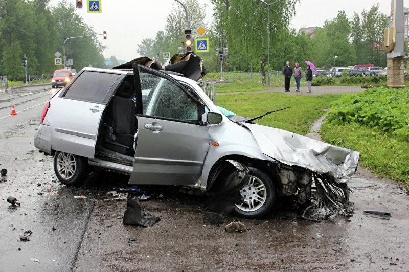 Разбросанные детали автомашины после аварии в Пскове