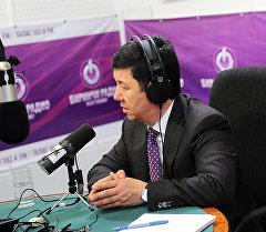 Премьер-министр Темир Сариев Биринчи радионун түз эфири учурунда.
