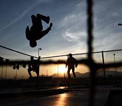 Подростки прыгающие на батуте. Архивное фото