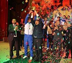 Ошский футбольный клуб Алай и мэр Оша Айтмамат Кадырбаев во время награждения победителей чемпионата страны по футболу сезона 2015 года.