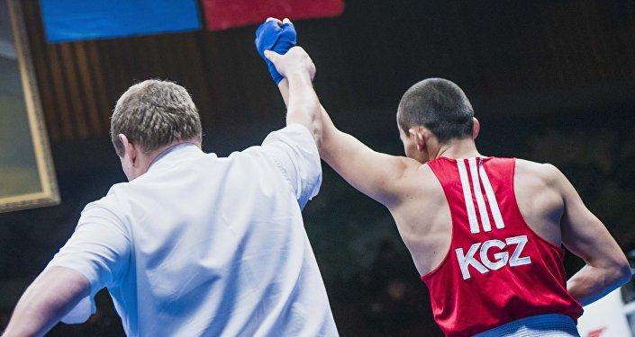Рефери с боксером на международном турнире по боксу. Архивное фото