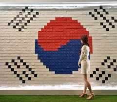 Кыз Түштүк Кореянын желегин жанында. Архив