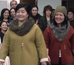 Женщины, победившие рак ходили по подиуму в национальных костюмах