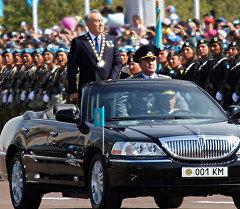 Президент Казахстана Нурсултан Назарбаев во время военного парада