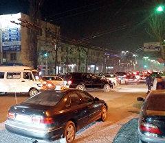 Затор на одном из центральных улиц Бишкека