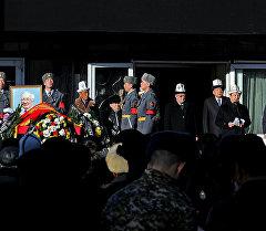 Солдаты национальной гвардии держат портрет Сооронбая Жусуева на похоронах