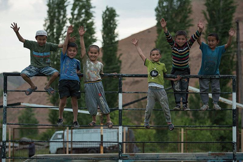 Мальчики Исфаны приветствуют фотографа