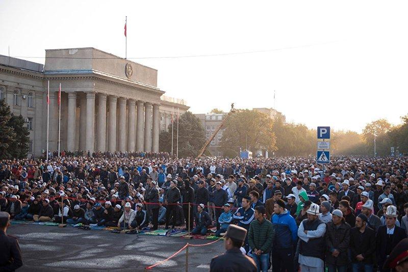 Люди на Айт намазе на Старой площади Бишкека