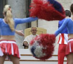 Ватикандагы ыйык Петр аянтында Рим Папасы Францисктин алдында америкалык цирк артисттери бийлөөдө