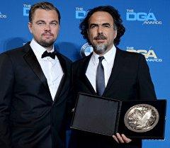 Режиссер фильма Выживший Алехандро Гонсалеса Иньярриту и актер Леонардо Ди Каприо во время награждения Гильдии режиссеров США в Лос-Анджелесе.