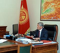 Президент Алмазбек Атамбаев во время встречи с министром финансов Адылбеком Касымалиевым. Архивное фото