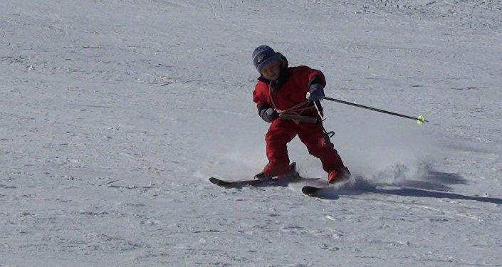 И кнутом, и пряником: как дети покоряют зимние склоны КР