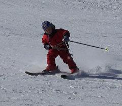 Тестиер балдар кар баскан бийик тоолорду лыжа менен кантип  багынтышуу