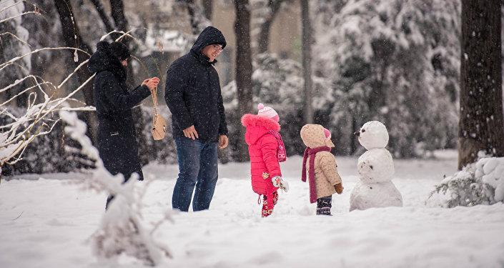 Родители с детьми в Бишкеке. Архивное фото