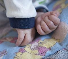 Руки маленького ребенка. Архивное фото