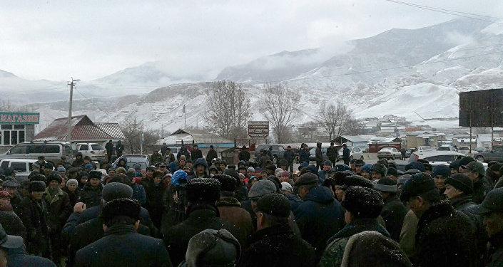 Жители села Аксы Джалал-Абадской области, вышедшие в среду на митинг, предъявили ряд социальных требований
