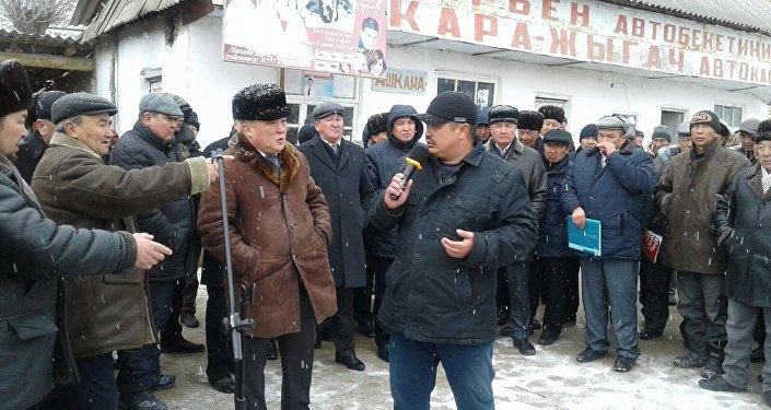 На акцию протеста собрались 200 человек и выразили недовольство ростом тарифа отчислений в Социальный фонд, а также потребовали снижения цен на электроэнергию.