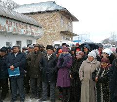 Аксы районуна караштуу Кара-Жыгач айылындагы митингдин катышуучулары