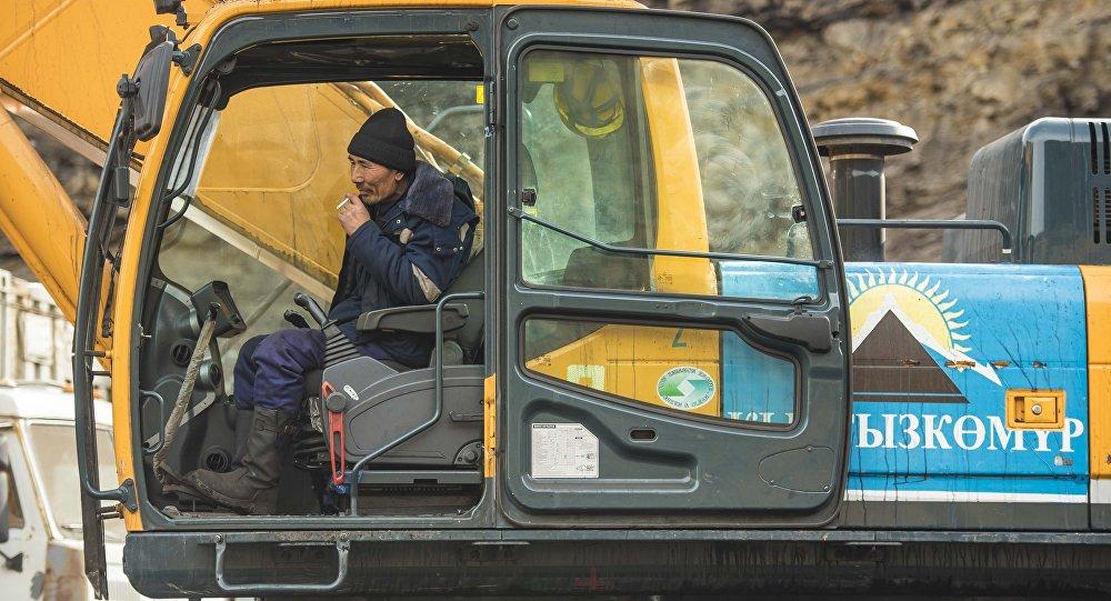 Кара-Кече кенинде иштеген экскаватор. Архивдик сүрөт