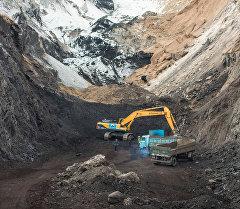 Архивное фото сотрудников на месторождении Кара-Кече во время добычи угля