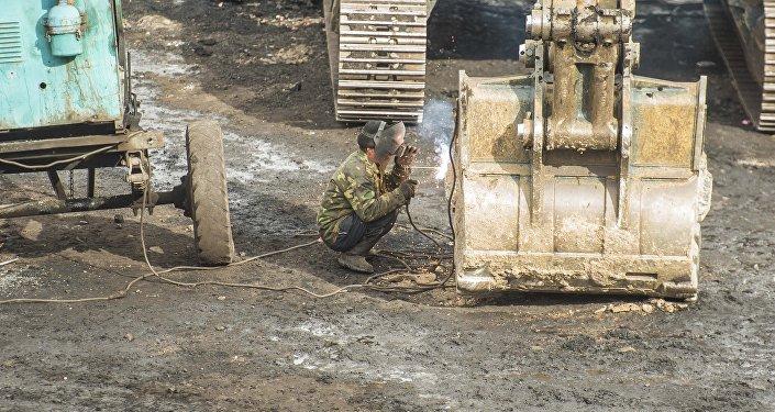 Рабочий во время ремонта ковша. Архивное фото