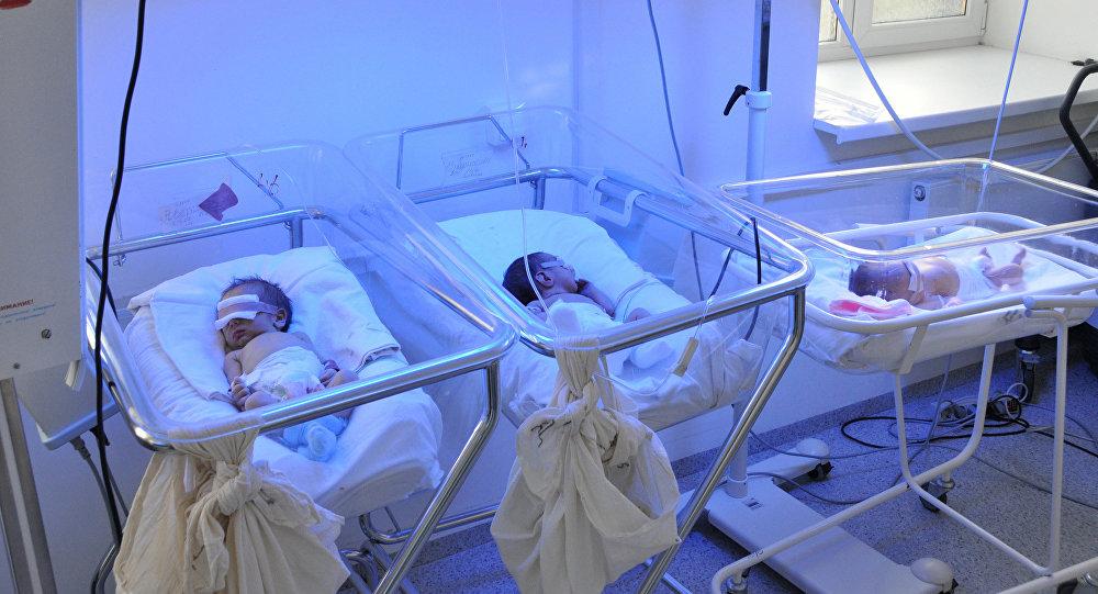 Новорожденные в роддоме. Архивное фото