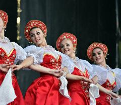 Выступление ансамбля народного танца российской культуры. Архивное фото