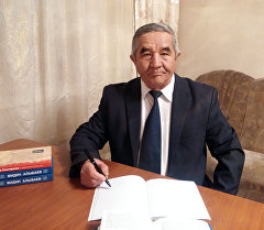 Филология илимдеринин кандидаты Ишенбек Султаналиев.