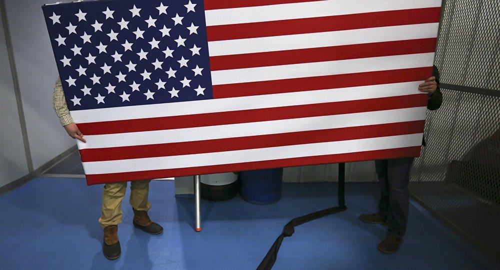 Рабочие перемещают флаг США. Архивное фото