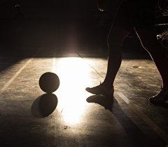 Футзалист с мячом во время игры. Архивное фото