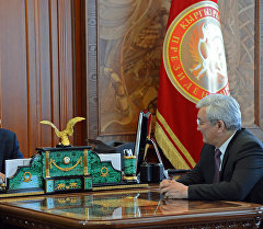 Президент Алмазбек Атамбаев жана орус-кыргыз өнүктүрүү фондунун башчысы Кубанычбек Кулматов. Архив