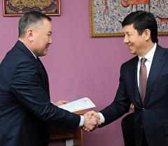Премьер-министр Темир Сариев өз турак-жайын камсыздандыруу учурунда.