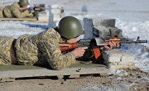 Военнослужащий стреляет с автомата на учениях. Архивное фото