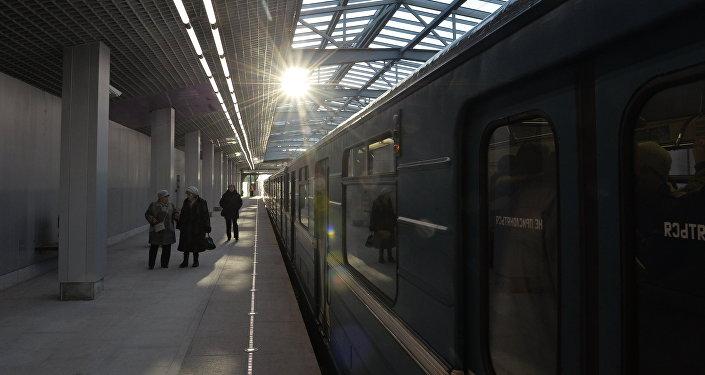 Пассажиры в ожидании поезда. Архивное фото