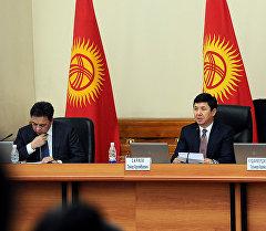 Апремьер-министр Темир Сариев өкмɵттүн 2015-жылдын социалдык-экономикалык ɵнүгүү жыйынтыгында.