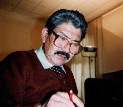 Кыргыз Эл Баатыры, кинорежиссер, жазуучу Дооронбек Садырбаевдин архивдик сүрөтү