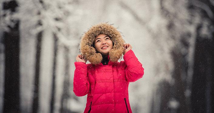 Девушка в зимней куртке. Архивное фото