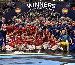 Игроки сборной Испании по футзалу празднуют победу на чемпионате
