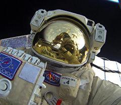 Селфи Юрия Маленченко во время выхода в открытый космос.