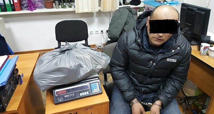 Сотрудники ведомств на пересечении улиц Жибек Жолу – Алма-Атинская остановили автомашину марки Ford, за рулем которого находился 35-летний мужчина