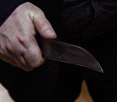 Мужчина с ножом в руке. Архивное фото
