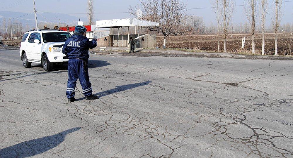 Сотрудник ДПС останавливает машину во время рейда. Архивное фото