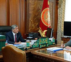 Президент Алмазбек Атамбаев социалдык фонддун төрагасы Мухамметкалый Абулгазиевди кабыл алуу учурунда.
