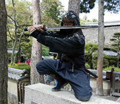Японец в костюме ниндзя. Архивное фото