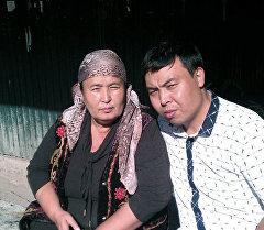 Кыргызстандык Марат Исаев апасы менен. Архив
