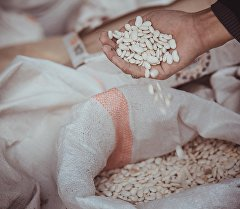 Мешок с фасолью на одном из рынков Бишкека. Архивное фото