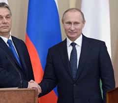 Президент России Владимир Путин и премьер-министр Венгрии Виктор Орбан во время совместной пресс-конференции в подмосковной резиденции Ново-Огарево.