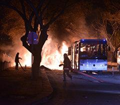 Пожарные пытаются потушить пламя после взрыва в районе Кызылай в центре Анкары. Архивное фото