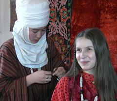 Кыргыз тилин үйрөнүп жаткан Екатерина Михайлова чачын беш көкүл өрдүрдү