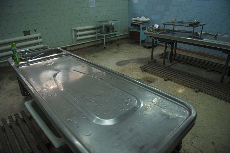 Стол для вскрытия трупа в морге